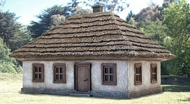 1/72 Ukrainian House #2 (Cast Polystone Painted)
